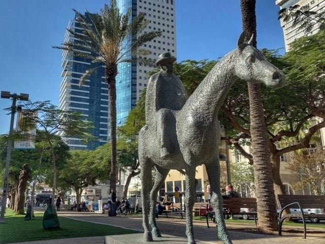 rothschild-boulevard-horse-sculpture